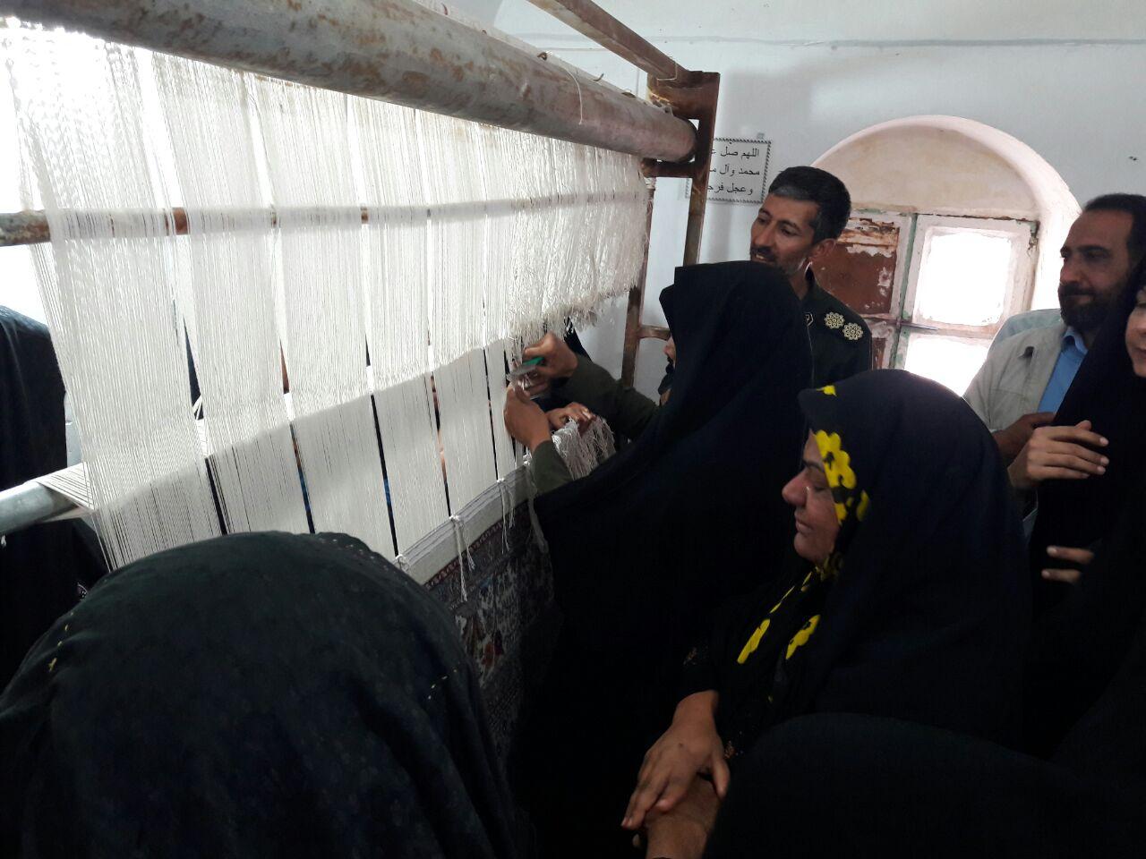اهدای فرش بانوان روستای معدن قلعه زری برای بازسازی عتبات عالیات
