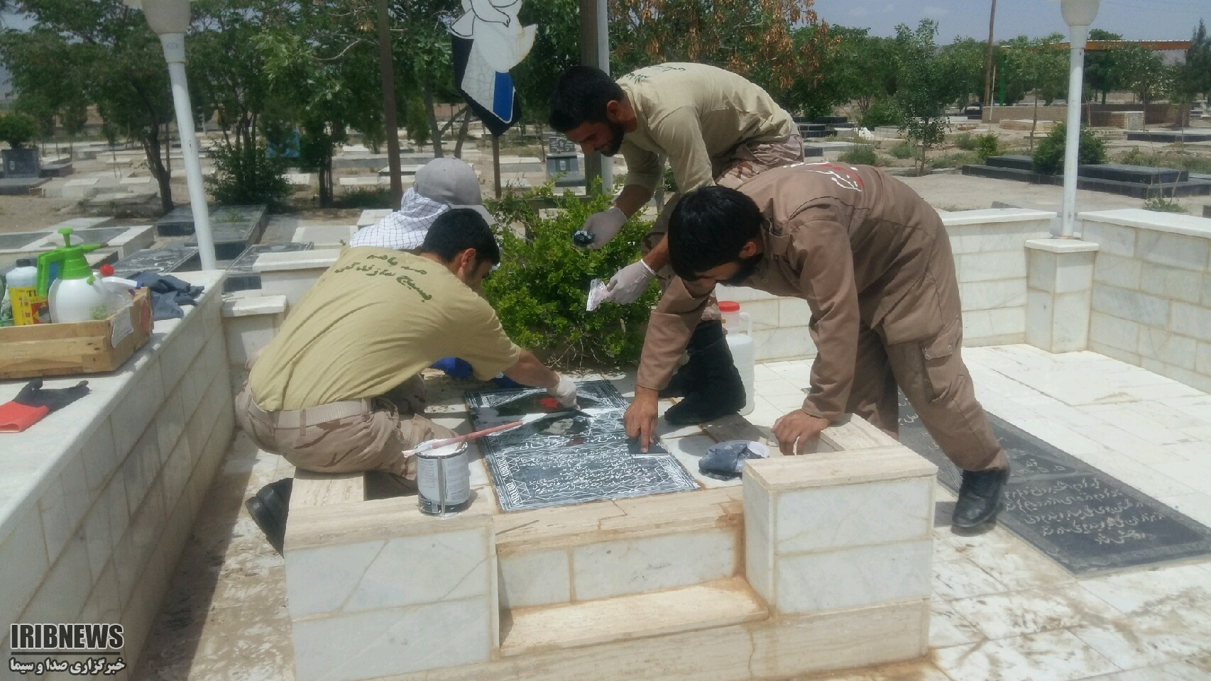 همت جوانان جهادگر برای حفظ سنگ گلزار شهدا