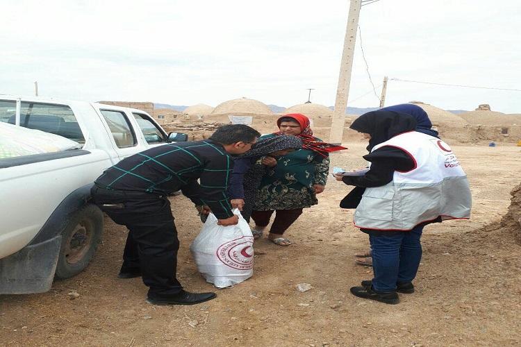 توزیع 304 سبد غذایی بین نیازمندان طبس توسط هلال احمر