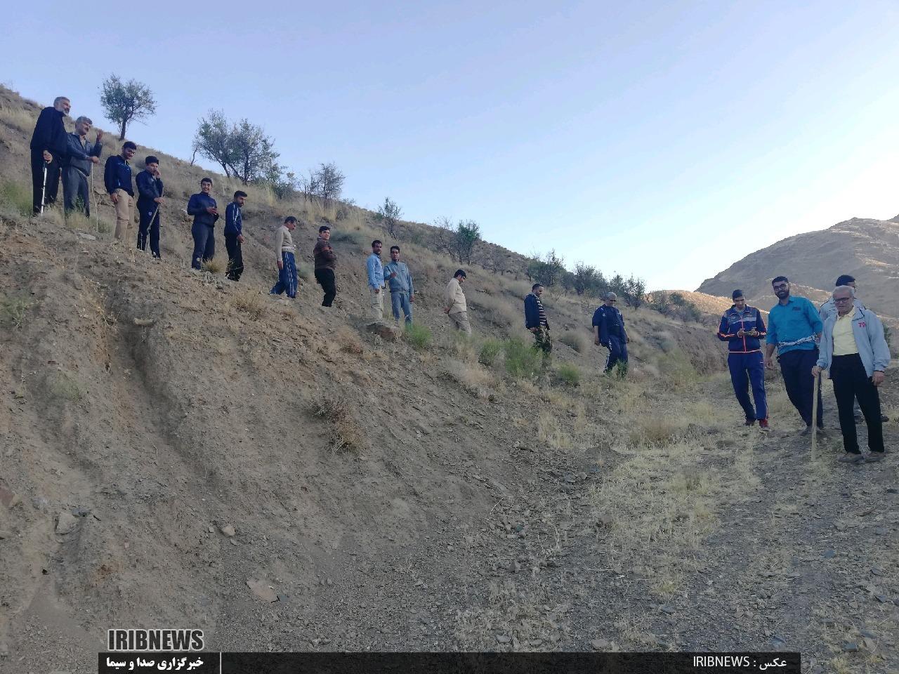 کوهنوردی جمعی از جوانان و اعضای ستاد نماز جمعه آیسک