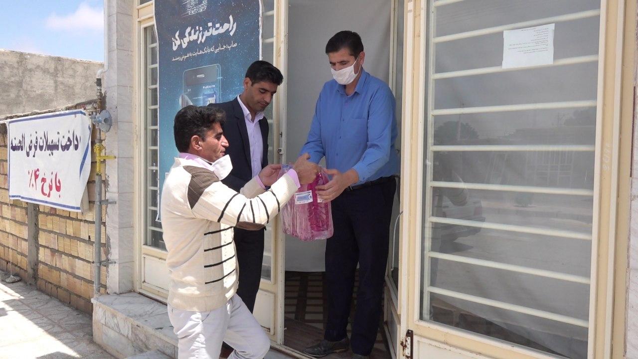 توزیع رایگان محلول ضد عفونی سطوح در شهر اسفدن شهرستان زیرکوه