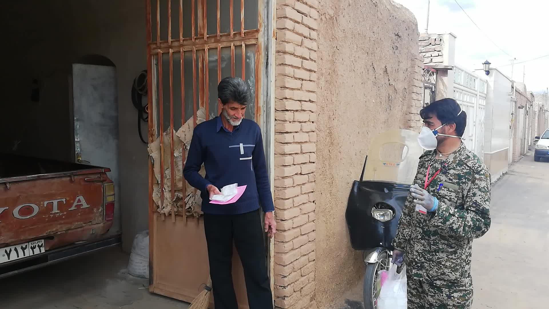 توزیع خانه به خانه پک بهداشتی رایگان در آیسک سرایان