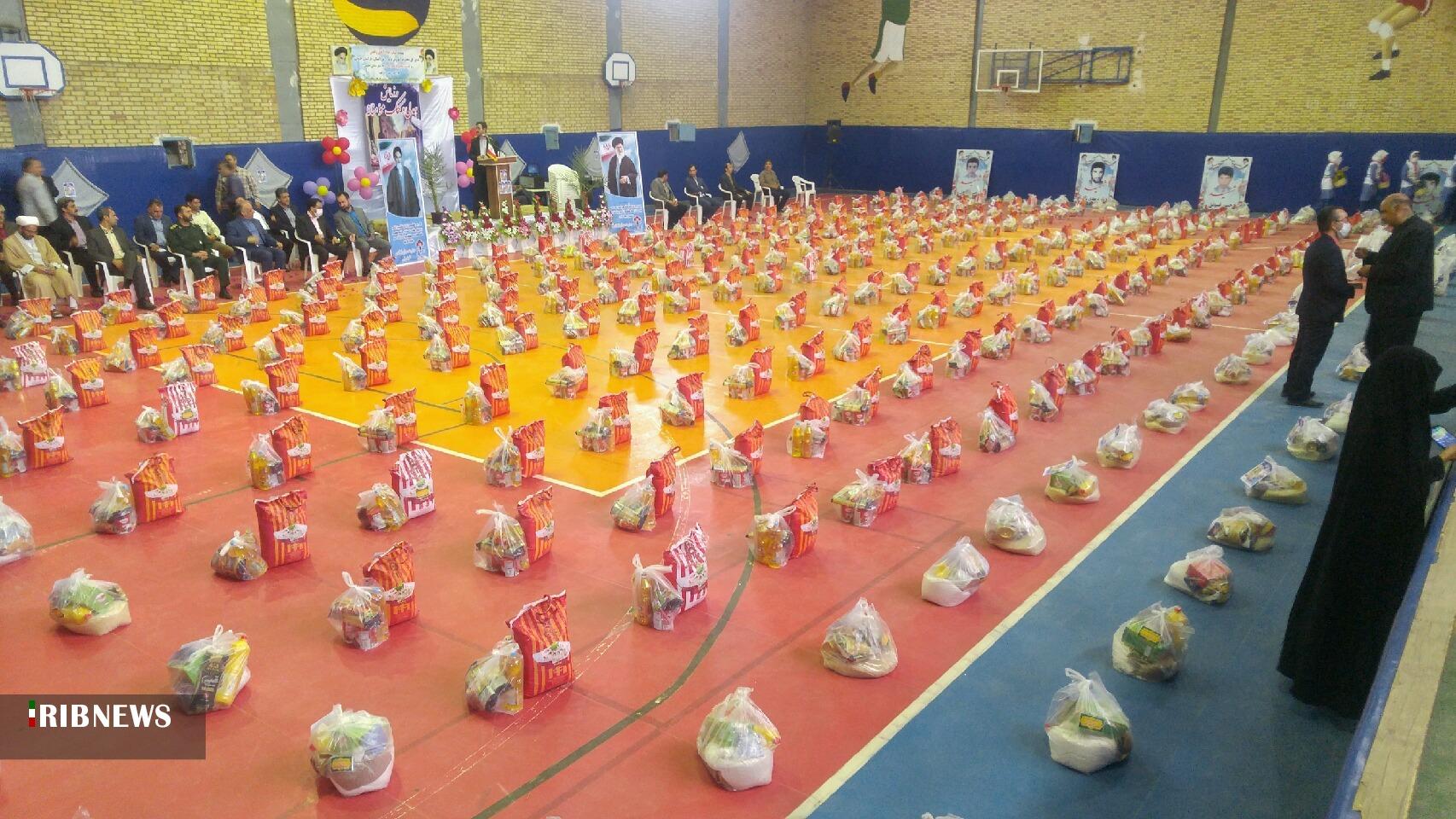 توزیع ۳۰۰ بسته غذایی بین دانش آموزان نیازمند شهرستان طبس