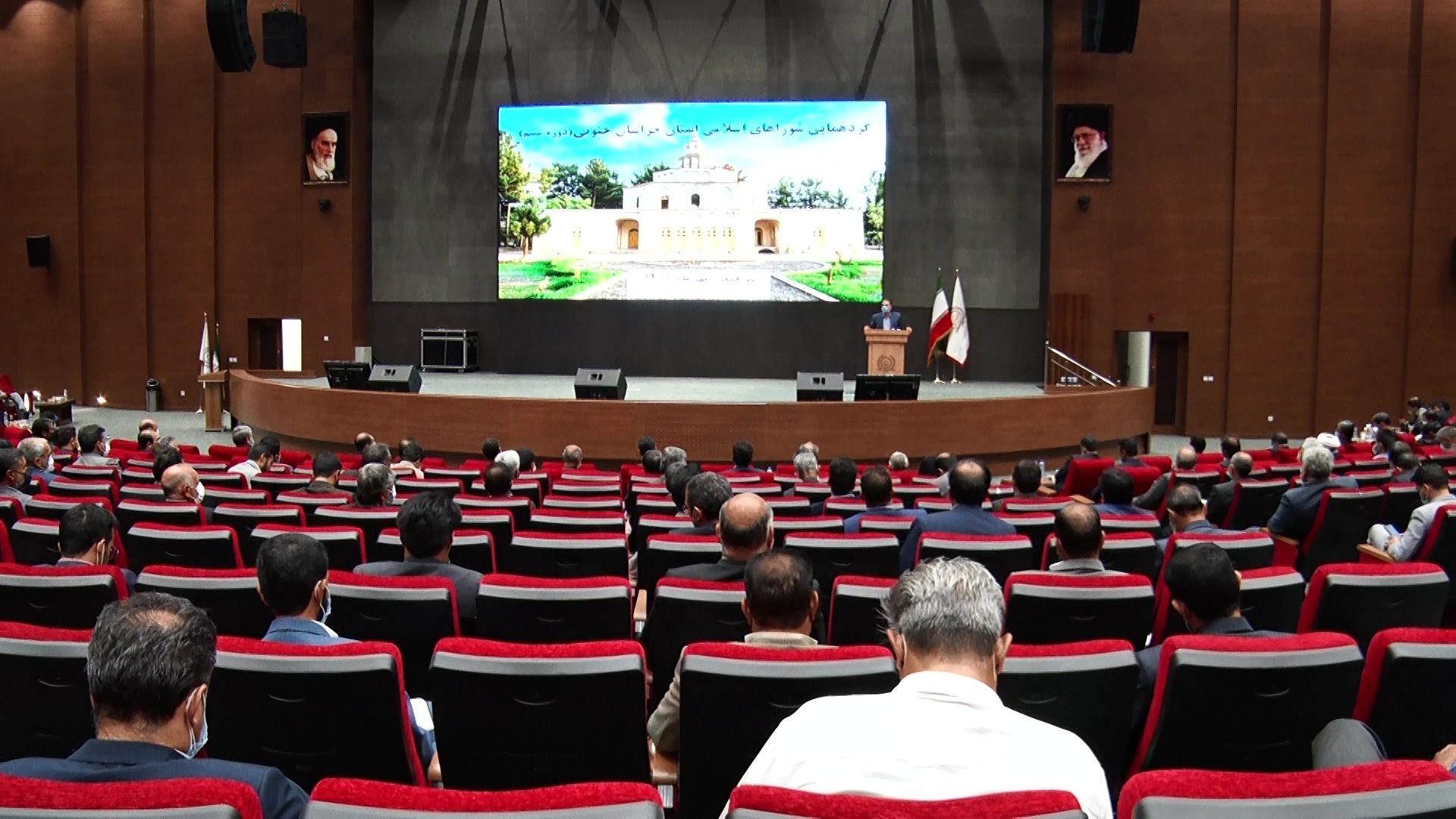 شوراها با معرفی و شناسایی منابع در بهبود شرایط تلاش کنند